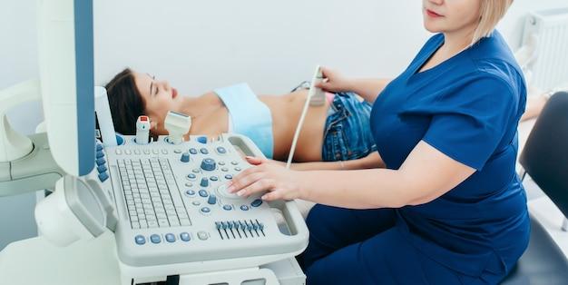 Mulher grávida fazendo ultrassom com médico