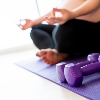 Mulher grávida fazendo um exercício e yoga.