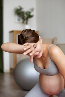 Mulher grávida fazendo uma pausa dos exercícios