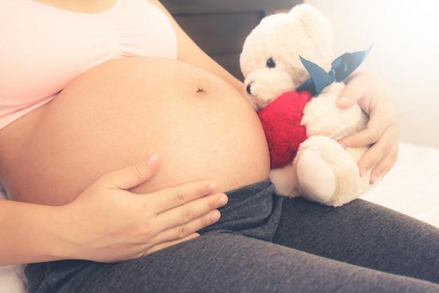 Mulher grávida feliz e esperando bebê.