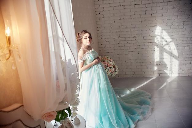 Mulher grávida, ficar, em, a, janela, em, a, bonito, azure, vestido