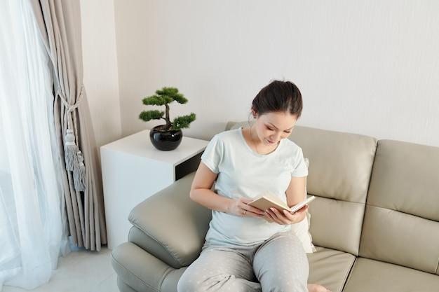 Mulher grávida lendo livro