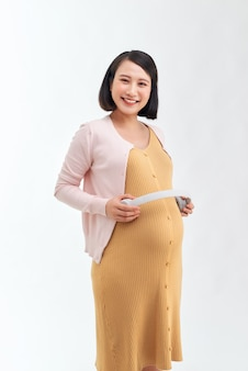 Mulher grávida mostrando música para o bebê