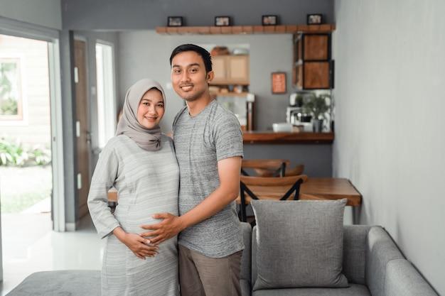 Mulher gravida muçulmana com seu marido