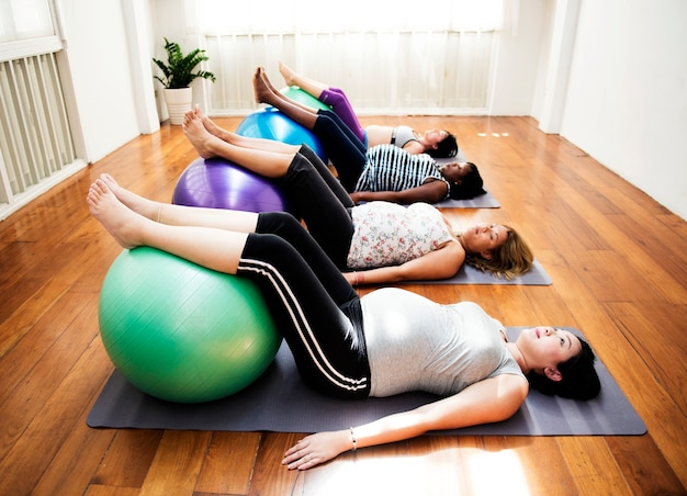 Mulher grávida na aula de ioga