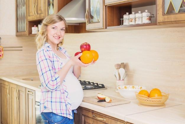 Mulher gravida na cozinha