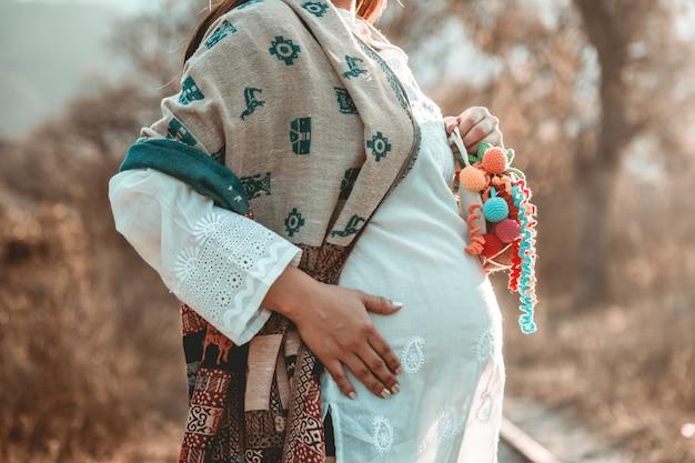 Mulher grávida na natureza