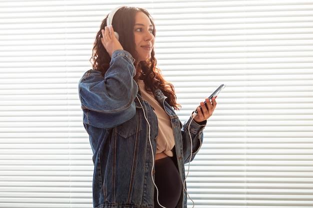 Mulher grávida ouve música clássica agradável no smartphone