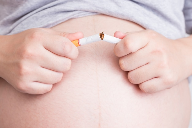 Mulher grávida parar de fumar