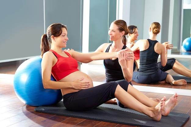 Mulher grávida pilates exercício fitball