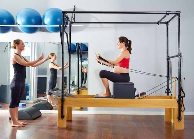 Mulher grávida pilates reformer caixa curta