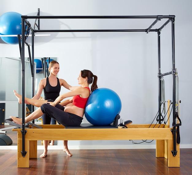 Mulher grávida pilates reformer fitball exercício