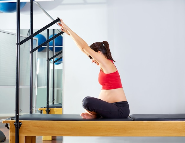 Mulher grávida pilates reformer forward push