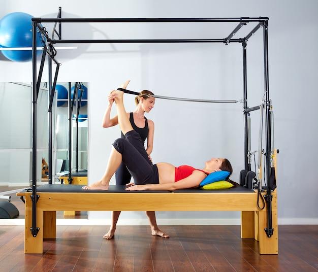 Mulher grávida pilates reformer perna primavera