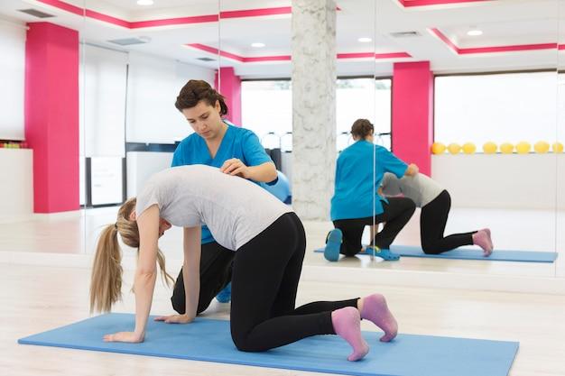 Mulher gravida que prepara o corpo na academia