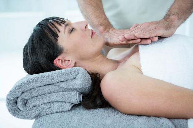 Mulher grávida, recebendo, um, massagem, de, massagista, em, a, spa saúde