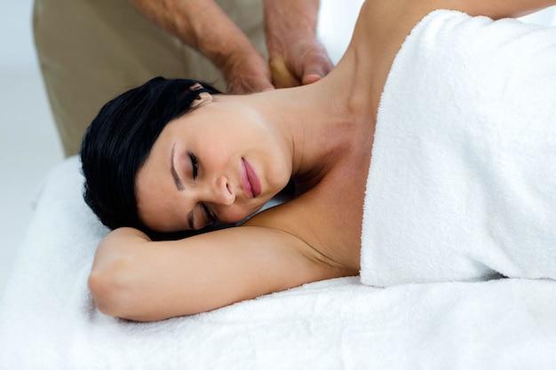 Mulher grávida, recebendo, um, massagem traseira, de, massagista, casa