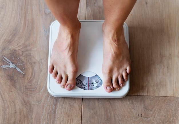 Mulher grávida se pesando