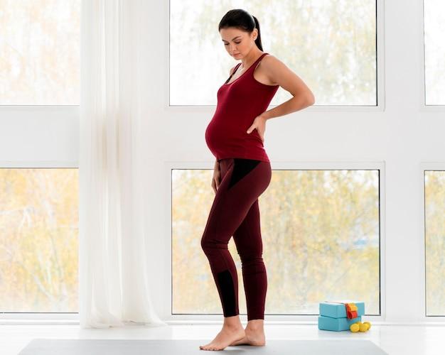 Mulher grávida se preparando para fazer exercícios