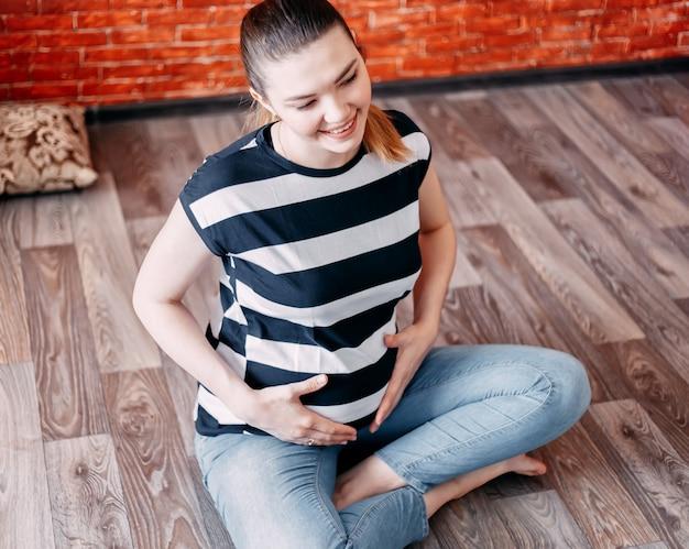 Mulher grávida, sentar chão, em, lar