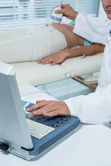 Mulher grávida, sofrendo, ultrasonografia, teste, em, hospitalar