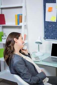 Mulher grávida, telefone, em, lar, escritório