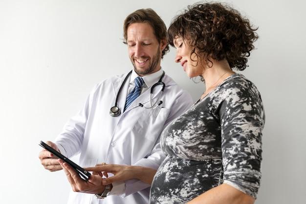 Mulher grávida, tendo, fetal, monitoração, por, doutor