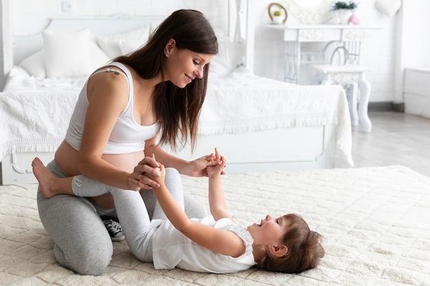 Mulher grávida, tocando, com, dela, filha