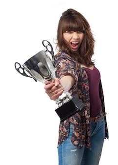 Mulher gritando com um troféu na mão
