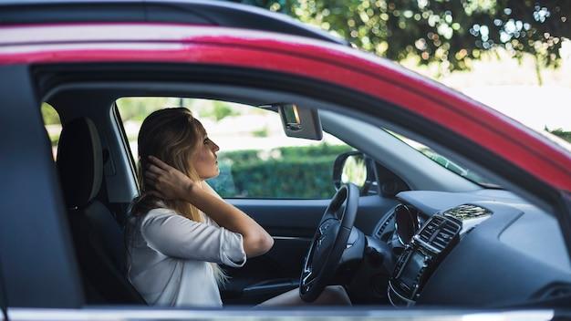 Mulher, grooming, dela, cabelo, olhar, espelho traseiro, um carro