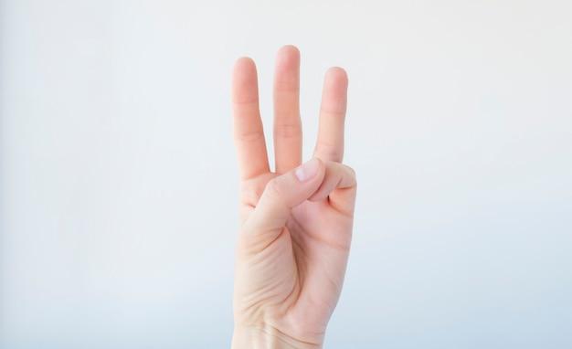 Mulher guia três dedos. em um fundo branco isolado