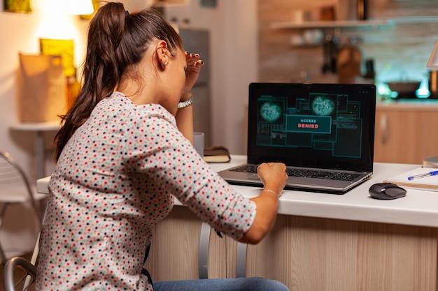 Mulher hacker irritada por causa do acesso negado ao tentar atacar o programador de firewall do governo ...