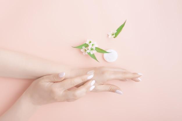 Mulher hidratando a mão com creme cosmético, cosméticos naturais de conceito, conceito de tratamento de beleza spa