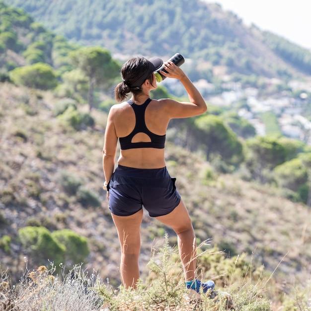 Mulher hidratando após treino