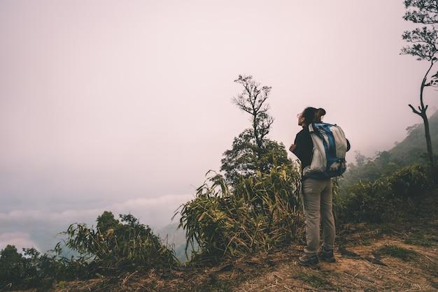 Mulher, hiking, e, escalando, olhando ver, mar, de, névoa, em, manhã
