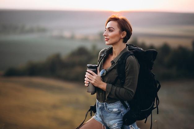 Mulher, hiking, montanhas, e, bebendo, água