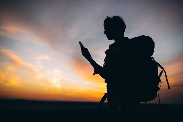 Mulher, hiking, montanhas, e, conversa telefone