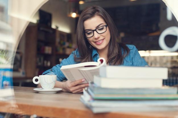 Mulher hippie estudando em um café