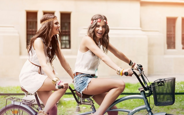 Mulher hippie feliz se divertindo montando tandem