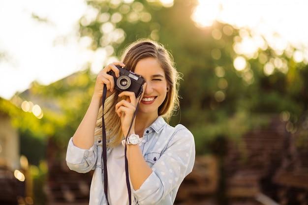 Mulher hipster com câmera de filme retrô