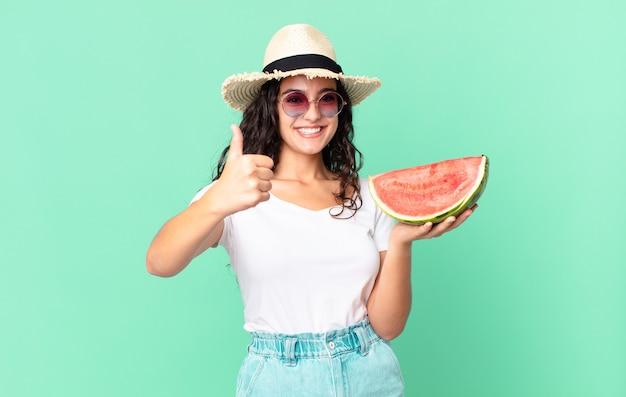 Mulher hispânica e bonita turista segurando uma melancia
