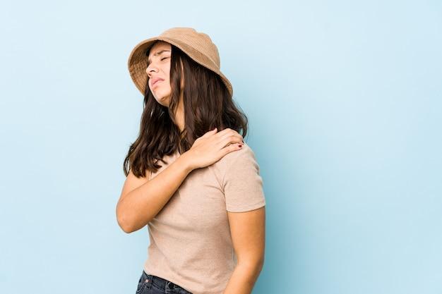 Mulher hispânica jovem de raça mista isolada tendo uma dor no ombro.