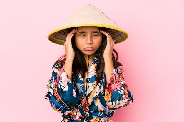 Mulher hispânica jovem de raça mista isolada tocando templos e tendo dor de cabeça.