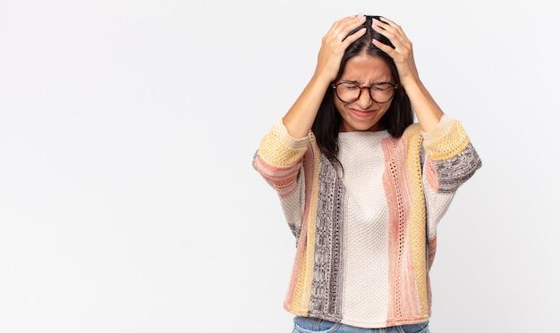 Mulher hispânica muito magra se sentindo estressada e frustrada Foto Premium