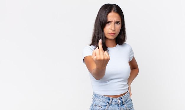 Mulher hispânica muito magra se sentindo irritada, irritada, rebelde e agressiva