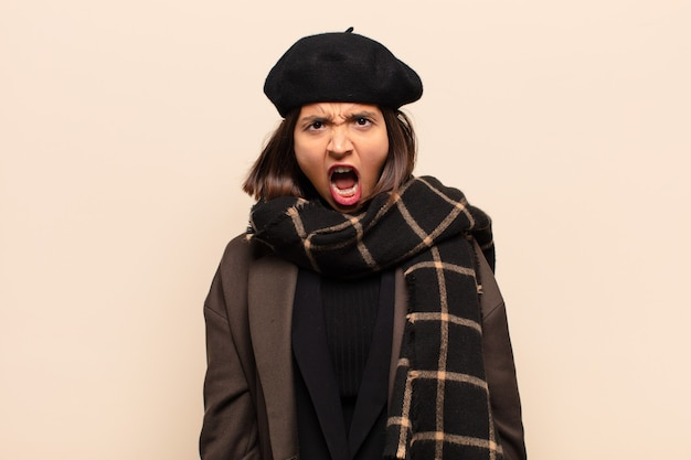 Mulher hispânica parecendo chocada, irritada, irritada ou desapontada, de boca aberta e furiosa