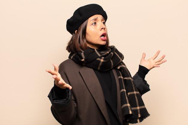 Mulher hispânica realizando ópera ou cantando em um concerto ou show, sentindo-se romântica, artística e apaixonada