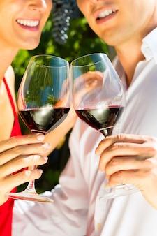 Mulher homem, em, vinhedo, bebendo vinho