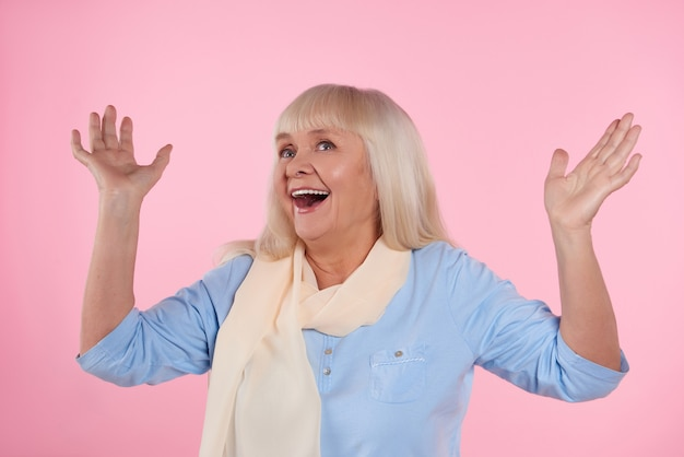 Mulher idosa admira algo