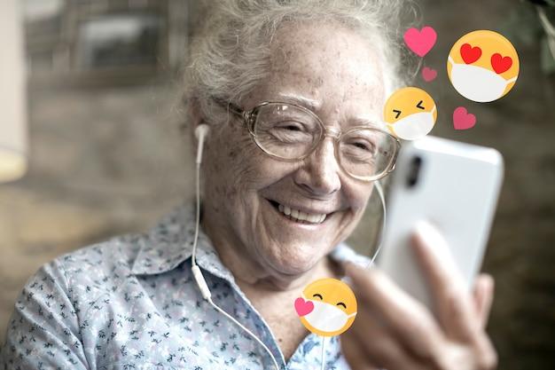 Mulher idosa aprendendo a usar as redes sociais durante a pandemia de coronavírus